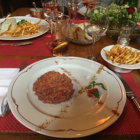 Céligny, Suiza: Cabillaud avec sa sauce aux olives,tomates. Un vrai délice!   Tartare de Boeuf, frites que mon f