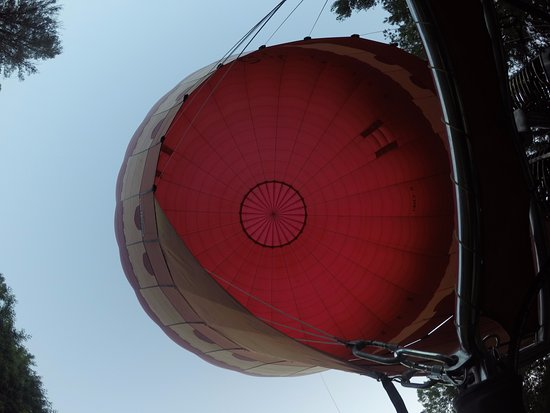 Ballooning in Tuscany : Getting the balloon prepped before going up