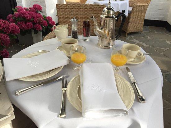 Romantik Manoir Carpe Diem: Frühstück draussen