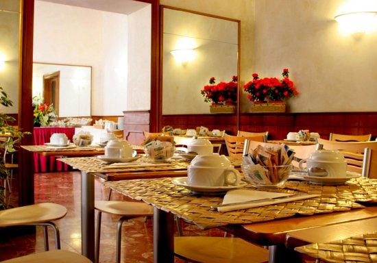 Elite Hotel: Breakfast