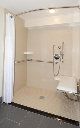 Culver City, Californien: Accessible Roll-In Shower
