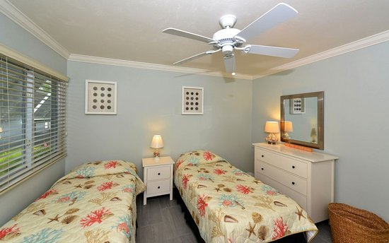 White Sands Village : Second bedroom in unit 303 with twin beds and bath right next door.