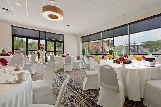 Charleston, Virgínia Ocidental: Our Capitol Room offers Style and an Airy Atmosphere for meetings.