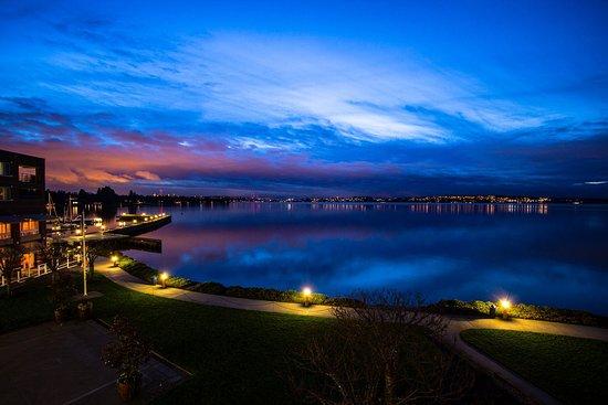 Kirkland, WA: Woodmark Hotel_Exterior_Sunset