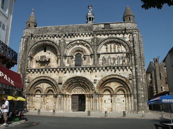 Façade romane de l'église St Nicolas à Civray 86400