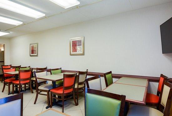 Econo Lodge Harpers Ferry: Breakfast Area