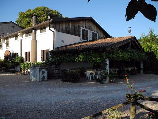 La Perlara: Restaurantterras en aanzicht agriturismo.