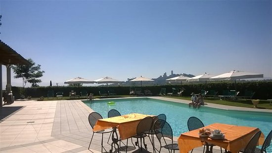 Relais Cappuccina: Colazione a bordo piscina...