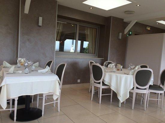 Magnant, Francia: Salle de restaurant véranda