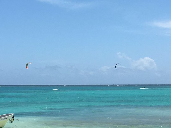 Freetown, Antigua: Great spot with only a handful of kites on the water
