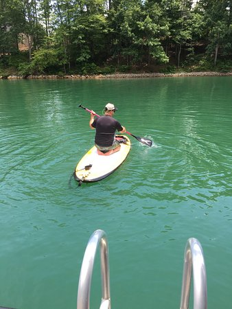 Westminster, Carolina Selatan: Trying out the paddle board.
