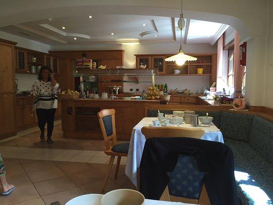 Aritz Garni Hotel: La colazione al sole con i fiori e ogni ben di Dio