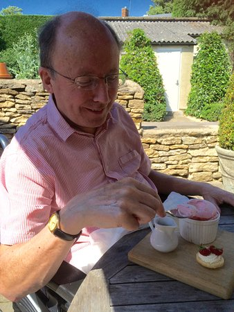 Kingham, UK: Strawberry soufflé with clotted cream custard & shortbread