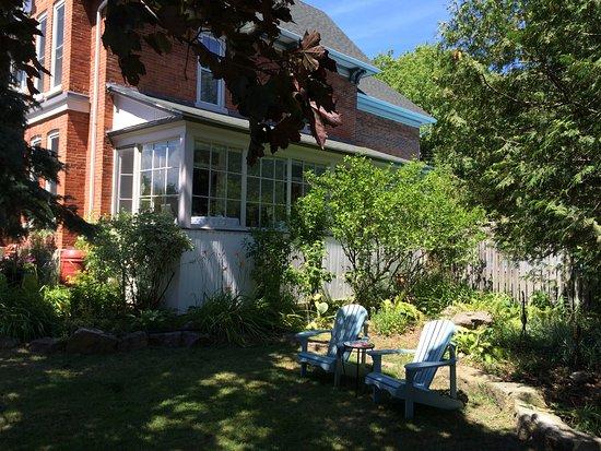 Gananoque, Canadá: Front Garden