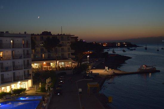 Hotel Club S'Estanyol: Vista nocturna desde la terraza de la habitación con la piscina del Hotel San Remo a mano izquie