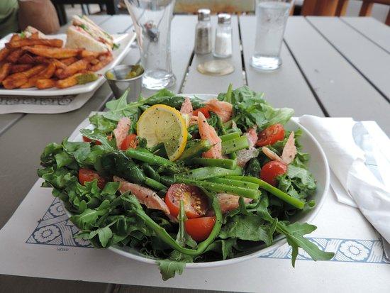 Saint-Jean-des-Piles, Canadá: Salade de truite avec asperges. Excellente