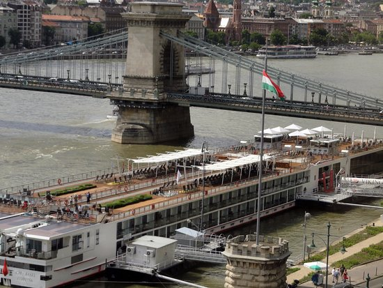 InterContinental Budapest: VIEW OF CHAIN BRIDGE AND RIVER CRUISE BOATS FROM ROOM