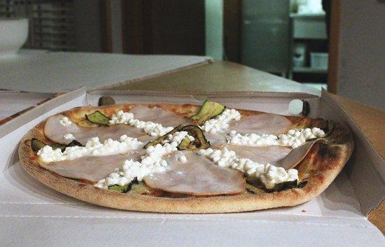 Oriago di Mira, Italia: La nostra LIGHT: una pizza margherita condita con zucchine, a fine cottura con l'aggiunta di fes