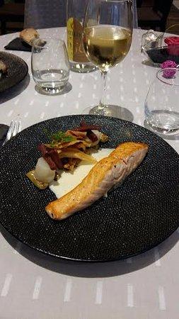Riom, France: Pavé de saumon cuit à cœur