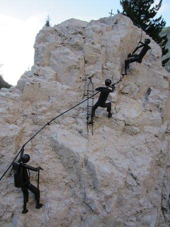 Marebbe, Italien: Omini che scalano fuori dal rifugio
