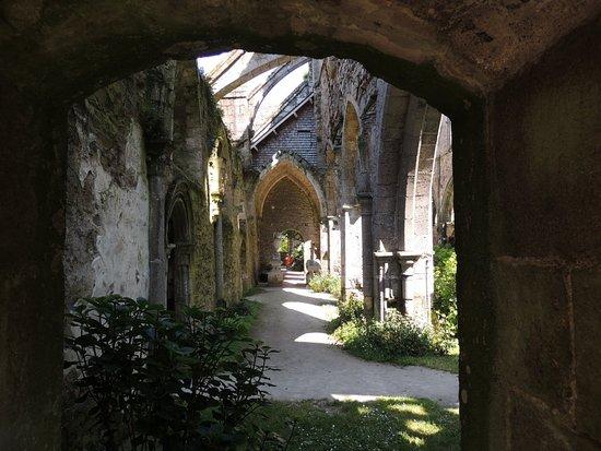 Paimpol, Francia: Ruines ombragées de l'abbaye de Beauport