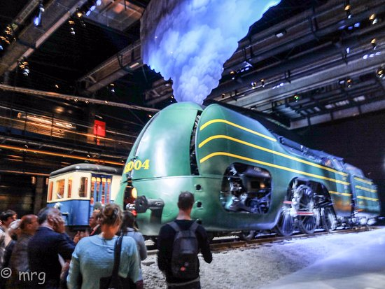 Schaerbeek, Belgien: Elle est là, immense, 120 tonnes de grâce, aérodynamique dans sa robe verte d'acierr
