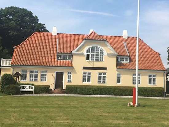 Roslev, Danmark: Hovedbygning, maleri af Jeppe Aakjær, arbejdsværelse og Jeppe Aakjærs kiste til ejendele da han