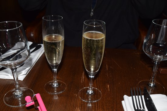Carmine Cafe: Champagne