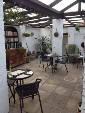 Halstead, UK: The courtyard garden