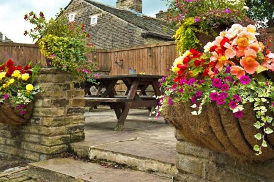 Sowerby Bridge, UK: the beautiful garden area