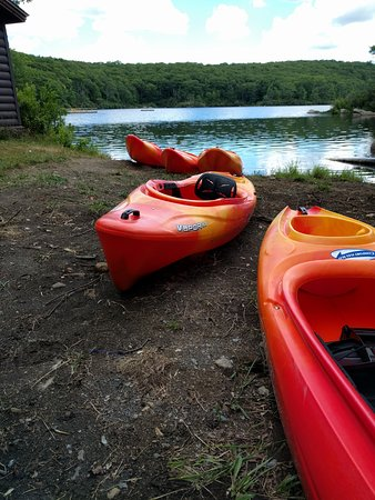 Harriman, Нью-Йорк: Kayaks available on the lake shore