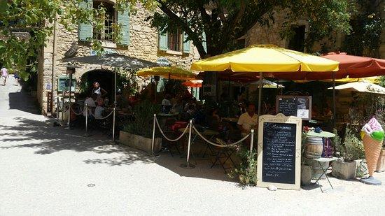 Oppede, Francia: Une très agréable terrasse où il fait bon déguster les saveurs  provençales