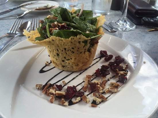 Brandon, VT: Beautifully presented spinach salad was equally delicious