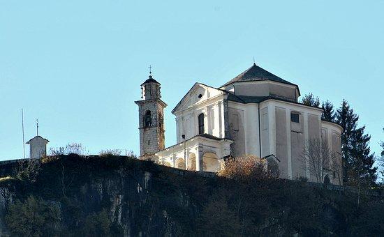 Pella, İtalya: dal Caffè dell Osteria puoi osservare il Santuario della Madonna del Sasso,