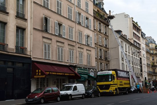 Timhotel Jardin des Plantes: The street with the hotel. Timhotel is on immediately the left, not shown here