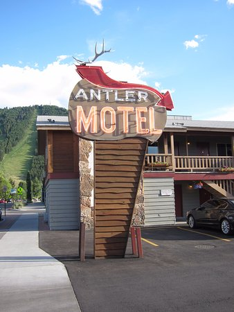 Antler Inn: Hotel sign