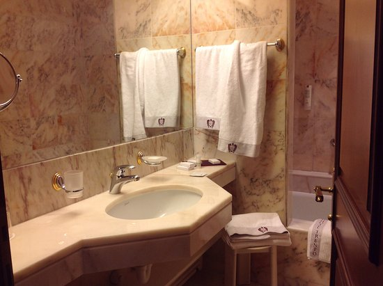 Bagno di lusso e ricco di accessori foto di grand hotel for Bagno padronale di lusso