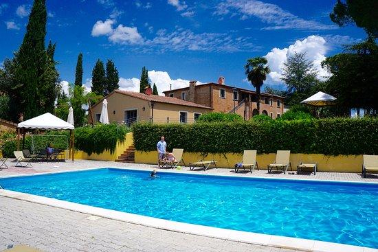 Petrignano, Italië: Nice shade cabanas & lounge chairs. Pool shower & bathhouse too.