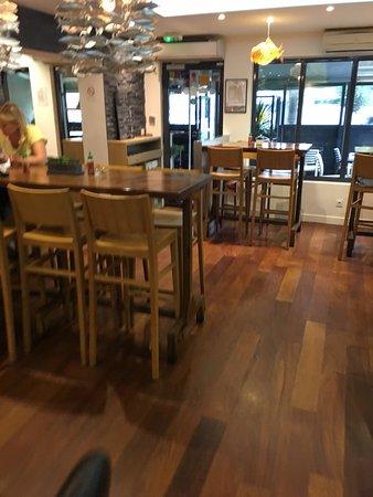 Vanves, Γαλλία: Concept très simple mais très sympa! Restaurant moderne très joliment décoré. Les serveurs et pa