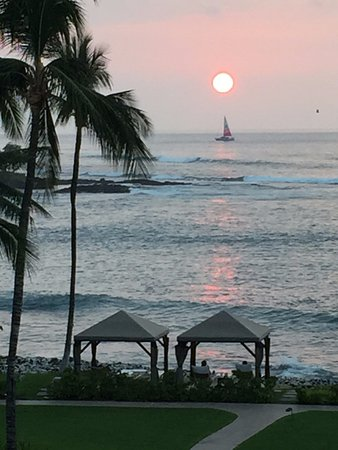 Fairmont Orchid, Hawaii: Everyday promises a spectacular sunset