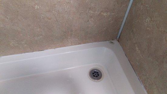 Glenmoriston, UK : Stains in the shower!