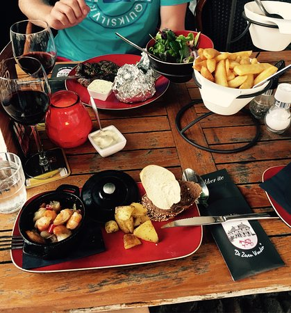 Sloten, Pays-Bas : Shrimp and steak in the background