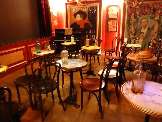 Auvers-sur-Oise, Francia: reconstitution d'une salle où on buvait de l'absinthe.