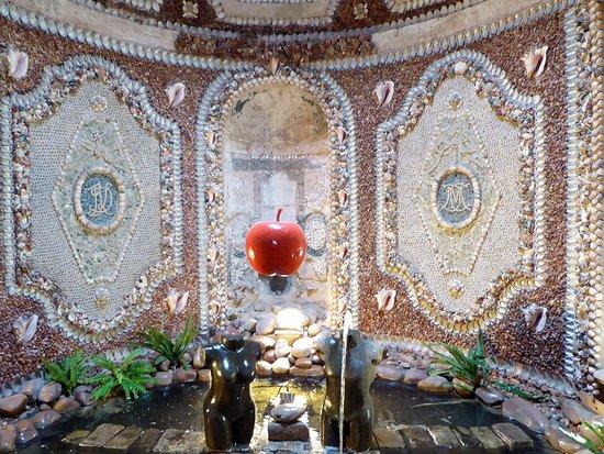Auvers-sur-Oise, ฝรั่งเศส: Salle décorée de coquillages, très belle.