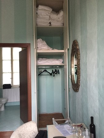 Invorio, Italia: Wardrobe with lots of laundry