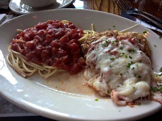Lynnwood, Ουάσιγκτον: Spaghetti ao molho sugo com milanesa de frango com molho de tomate e queijo...