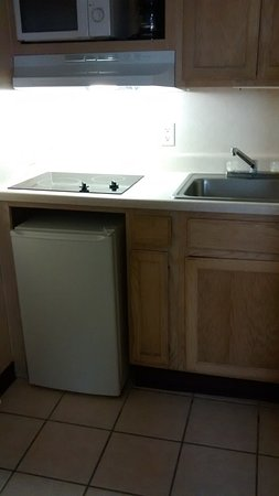 Cornerstone Lodge of Foley: It does have a tiny kitchen area.