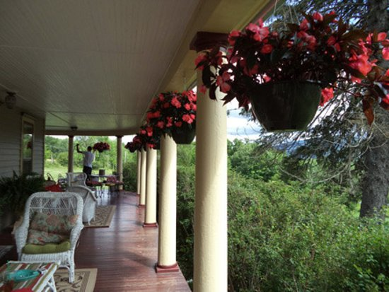 Margaretville, estado de Nueva York: This the grand veranda with views.
