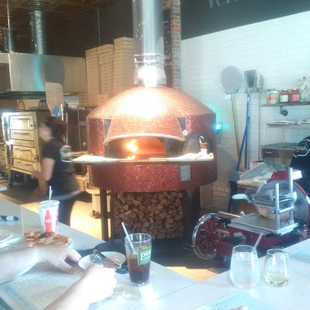 South Kingstown, RI: Wood Fired oven made in Naples Italy - 800 degrees!