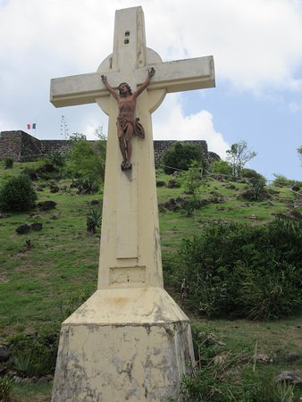 Marigot, St. Maarten: Look for this monument before you park. It is at the base of the stairs leading to the fort.